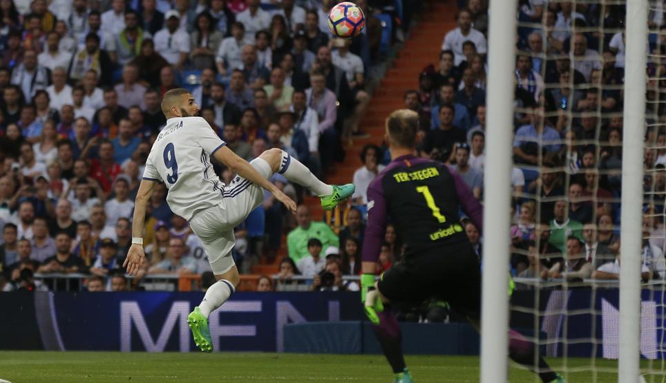 Ter Stegen réalise un arrêt de gardien de handball face à Benzema