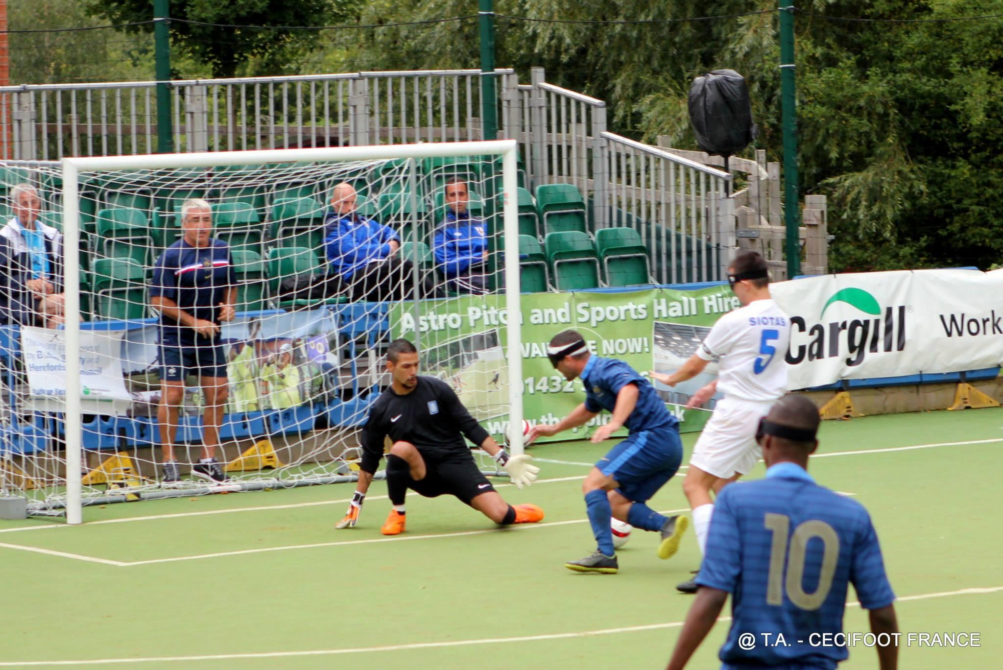 """Position """"en croix"""" du gardien grec - Cécifoot France"""
