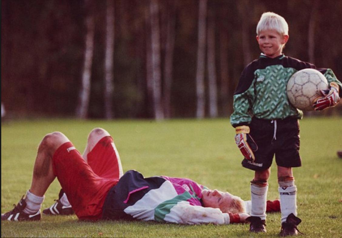 Attaquant lors de sa plus jeune enfance, le jeune Kasper essayait des fois les gants avec papa. (Source : The Daily Mail)