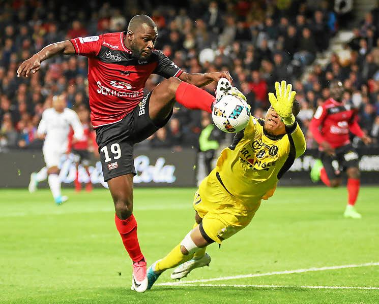 Alban Lafont commet la faute, penalti et Toulouse de Guingamp les mains vides - Photo : Lisa Tilly
