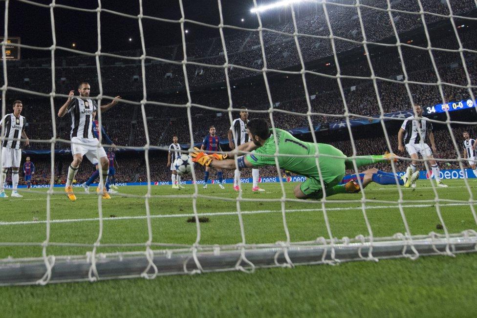 Sur le pelouse du Camp Nou, Buffon s'est offert un 62e clean sheet européen - photo : Reuters