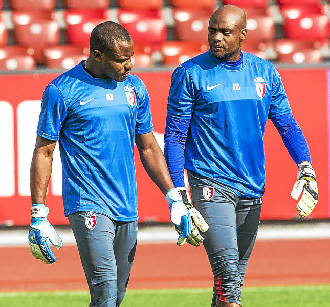 epa04334941 OSC Lille goalkeeper Vincent Enyeama, left, talks to substitute goalkeeper Steeve Elana one day prior to the UEFA Champions League third leg qualification soccer match between Grasshopper Club Zuerich and OSC Lille at the Letzigrund stadium in Zurich, Switzerland, Tuesday, July 29, 2014. EPA/PATRICK B. KRAEMER *** Local Caption *** 51500755