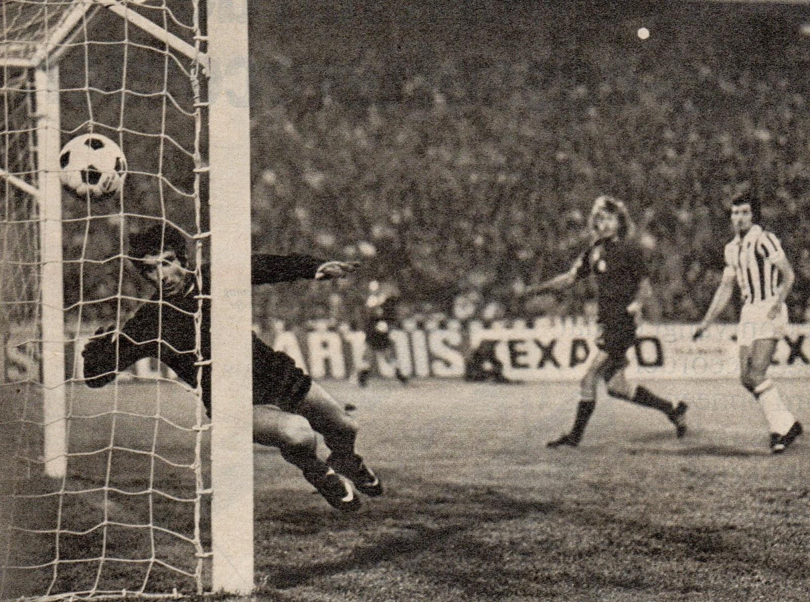 30 mai 1973, Belgrade. Johnny Rep marque de la tête (4e). Dino Zoff ne gagnera jamais la Coupe d'Europe - photo : Voetbal International Goal