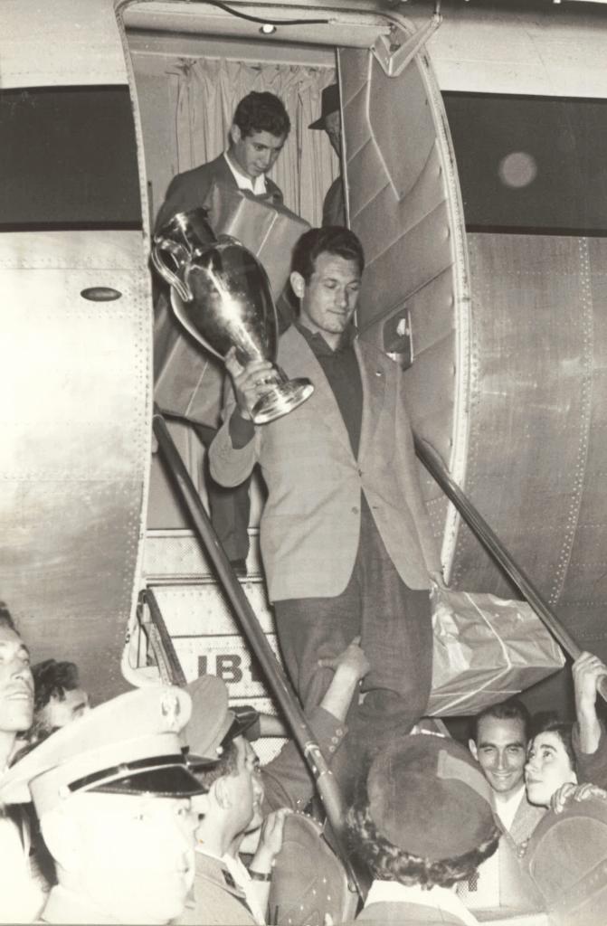 28 mai 1958 : Juan Alonso et la 3e Coupe d'Europe du Real a' la descente de l'avion qui les ramène de Bruxelles - photo : Marca.com