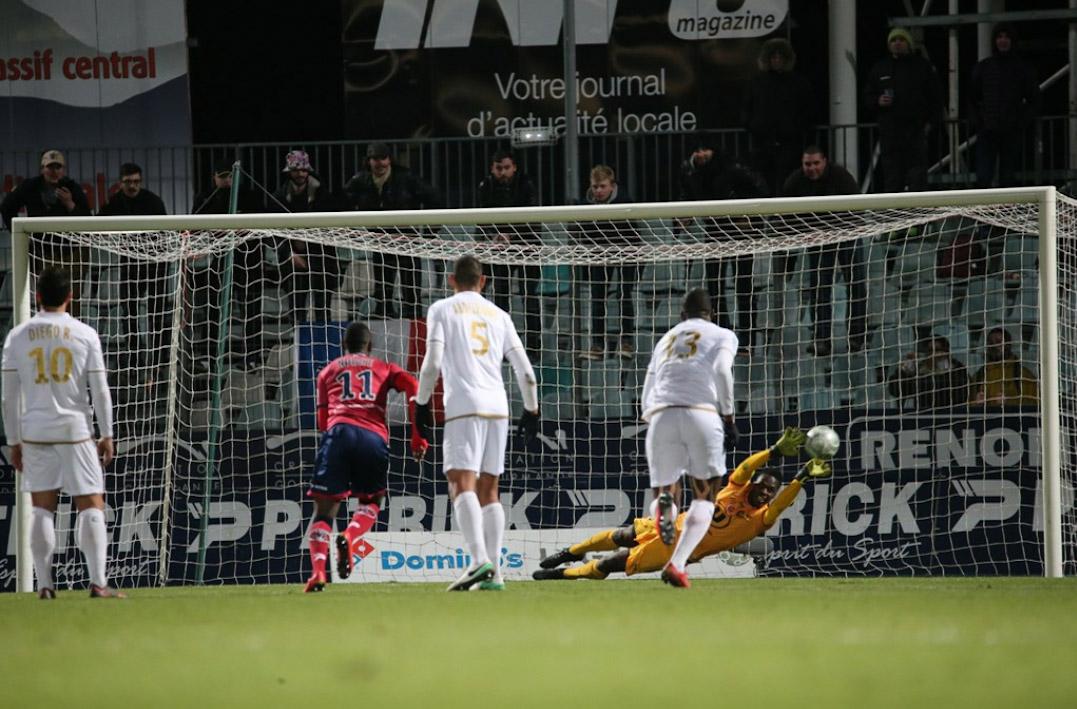 Edouard Mendy arrête un penalty contre Clermont lors de la 27 éme journée. Photo : Jean-Claude Sikorsynski.