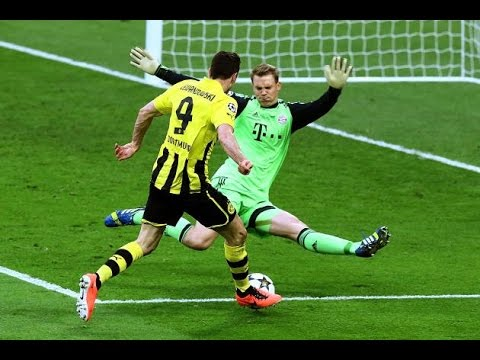 Neuer se jette totalement devant Lewandowski.