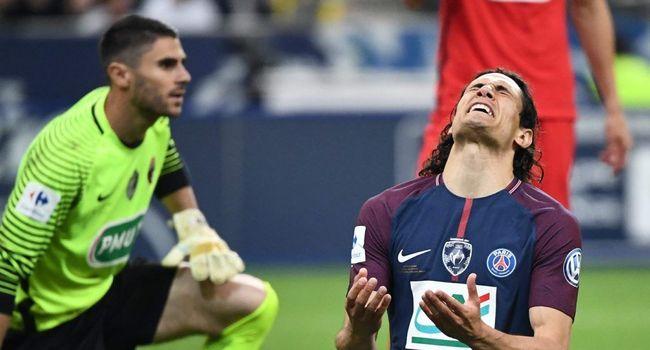 Même s'il a finalement céder sur un penalty de l'uruguayen, Matthieu Pichot aura fait vivre une dure soirée à Edinson Cavani - source : La Dépêche