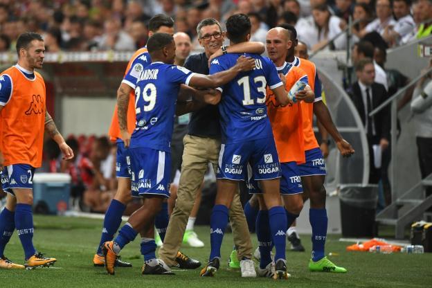 Jean-Louis Garcia dans les bras de ses joueurs - Photo : L'Equipe