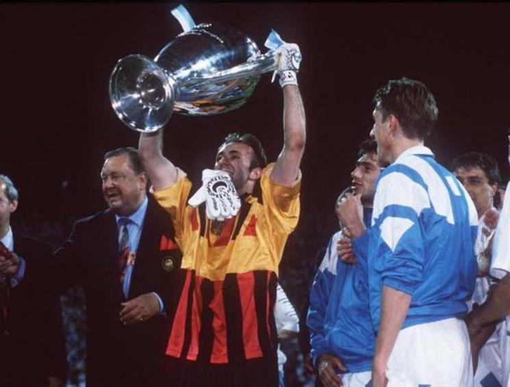 26 mai 1993 : Marseille bat le Milan AC et Fabien Barthez soulève la coupe aux grandes oreilles - photo : L'Equipe