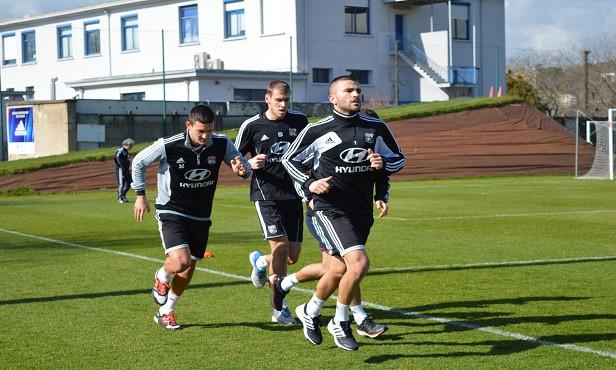 Lucas Mocio avec Anthony Lopes et Mathieu Gorgelin à l'entraînement - Source : olweb