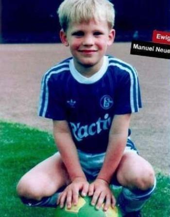 Neuer, une gueule d'ange et le maillot de Schalke sur le dos - source : Twitter @BayernMunchenF1