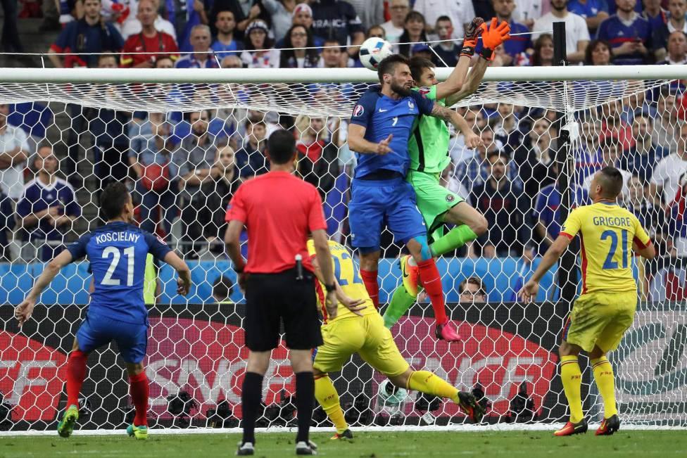 Tatarusanu manque sa sortie aérienne face à Giroud, la France ouvre le score face à la Roumanie - Kenzo Tribouillard (AFP)