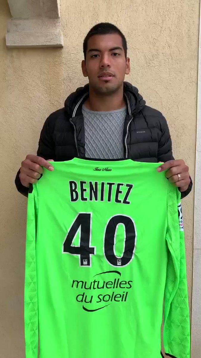 Walter Benítez pose avec le maillot de l'OGC Nice.